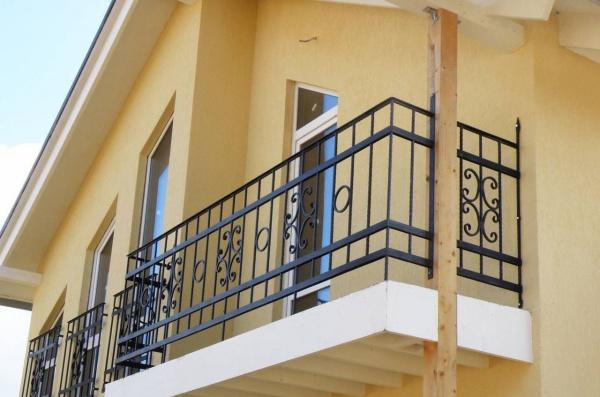 Балконные ограждения из металла и их производство