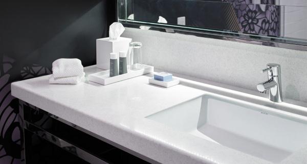 Преимущества столешниц из искусственного камня для ванной комнаты